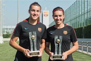 Mariona Caldentey y Patricia Guijarro posan con sus trofeos Futbol Draft
