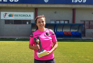 Lucía Gómez con su premio Futbol Draft