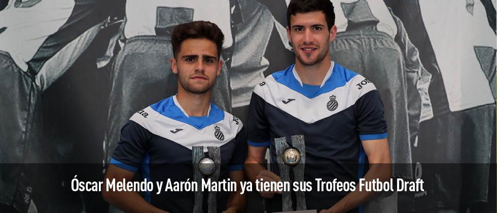 Óscar Melendo y Aaron Martíns posas con sus trofeos Futbol Draft