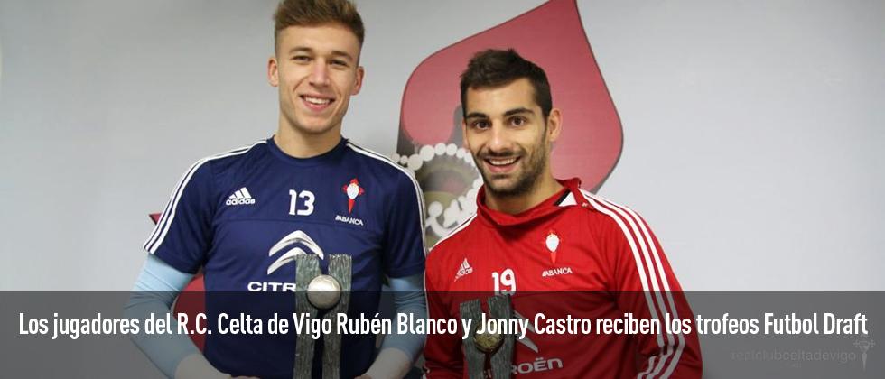 Los jugadores del Celta de Vigo, Rubén Blanco y Jonny Castro, reciben su trofeo Fútbol Draft 2015