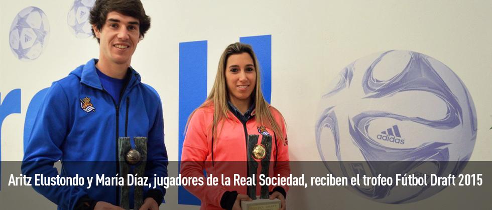 El jugador Aritz Elustondo y la jugadora del equipo femenino María Díaz ya tienen su trofeo de Fútbol Draft 2015.