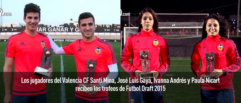 Los jugadores del Valencia agradecen la entrega de los trofeos Futbol Draft 2015