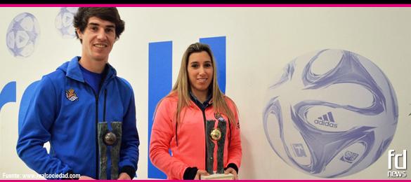 Aritz Elustondo y María Díaz, jugadores de la Real Sociedad, reciben el trofeo 'Fútbol Draft 2015'