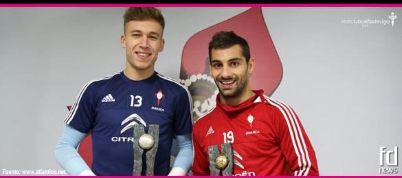 Los jugadores del Celta de Vigo, Rubén Blanco y Jonny Castro, reciben su trofeo 'Fútbol Draft 2015'